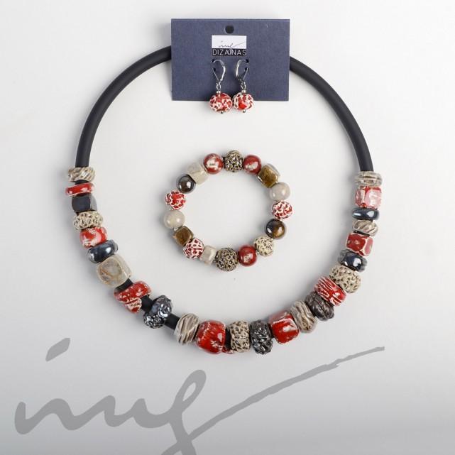 Raudonų papuošalų iš karoliukų komplektas - vėrinys, apyrankė, auskarai