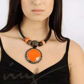 Masyvus oranžinis vėrinys prie kaklo dekoruotais kraštais