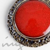 Masyvus raudonas vėrinys prie kaklo dekoruotais kraštais