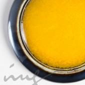 Smulkus geltonas vėrinys prie kaklo lygiais kraštais