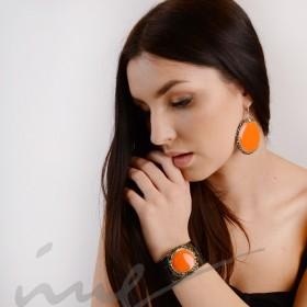 Odinė juoda apyrankė su oranžine keramika dekoruotais kraštais