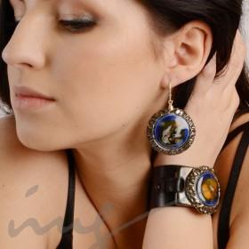 Apvalūs dideli tamsiai mėlyni auskarai dekoruotais kraštais