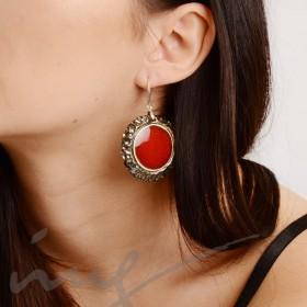Apvalūs dideli raudoni auskarai dekoruotais kraštais