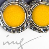 Apvalūs dideli geltoni auskarai dekoruotais kraštais