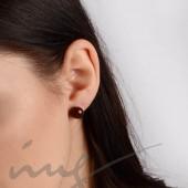 Auskarai juodi karoliukai prie ausies